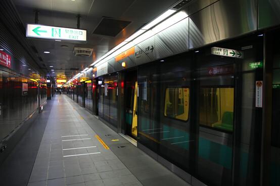 炎熱的氣候加上多為地下化場站,增加了高雄捷運的耗能負荷。