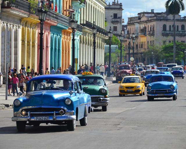 Coches clásicos recorriendo La Habana