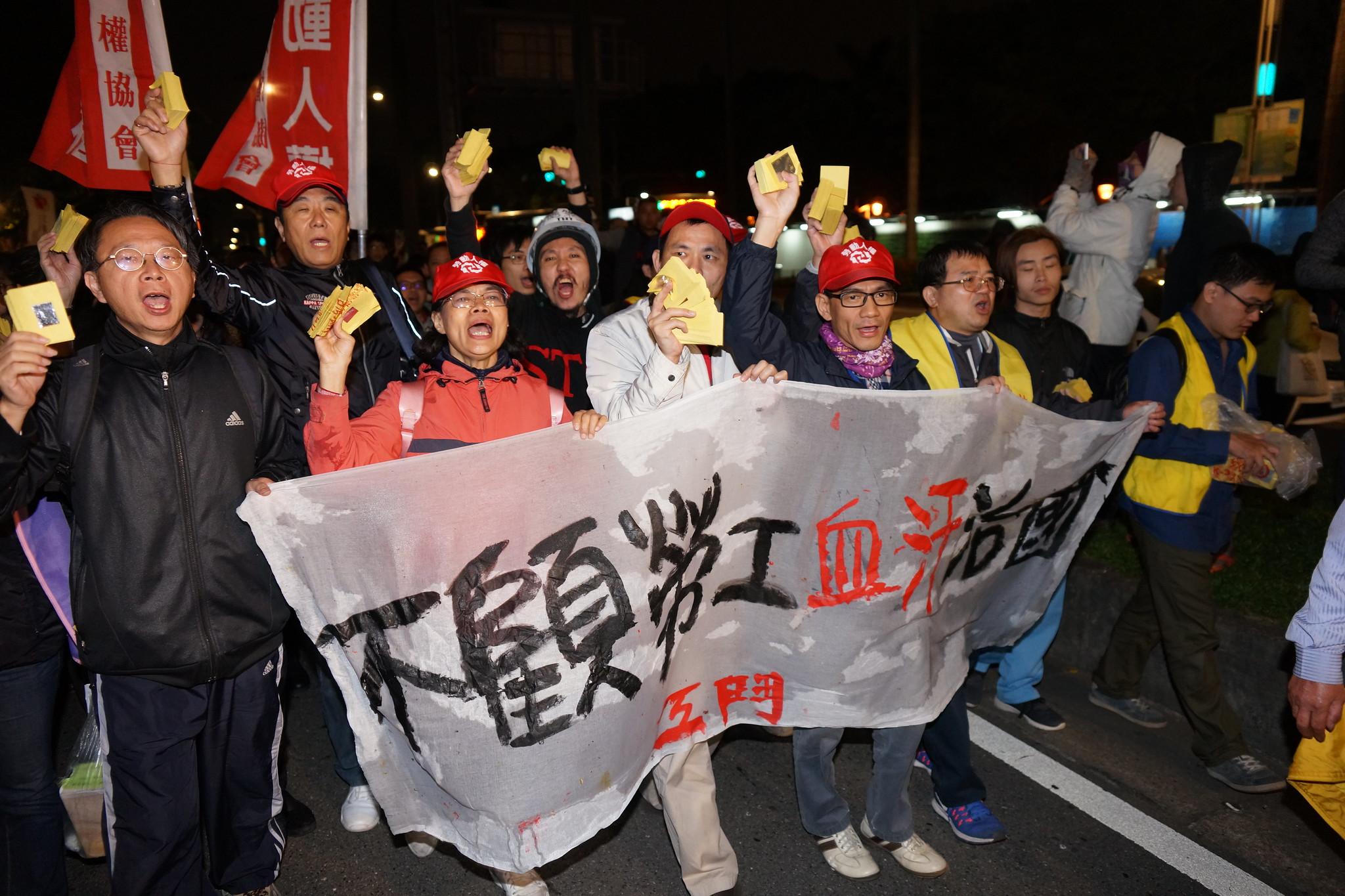 接近晚間9點,勞團帶領抗議民眾往立院大門前進。(攝影:王顥中)