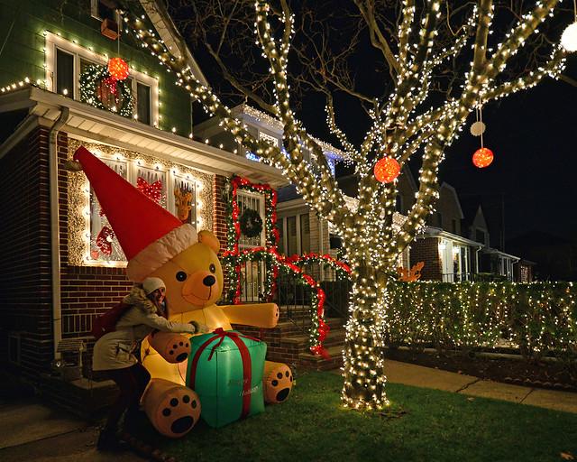 Abrazando un oso en una de las casas de Dyker Heights iluminadas en Navidad