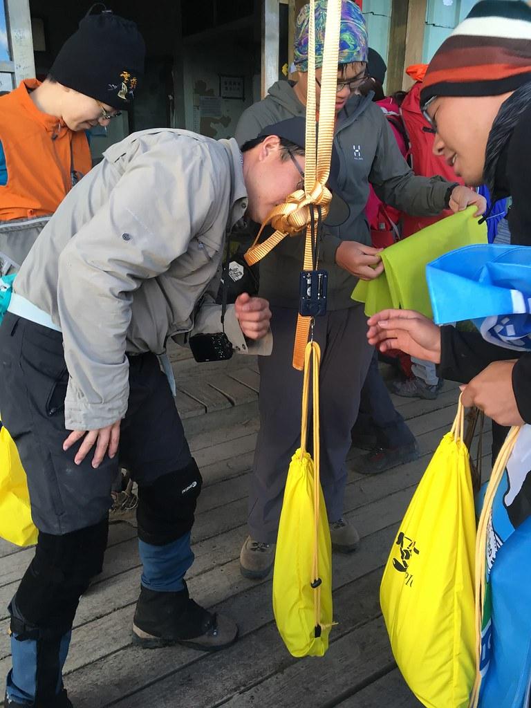 雪霸處同仁正在測量自己的排遺重量,平均每人3天2夜的行程共產生約500公克的排遺。圖片來源:雪管處提供。