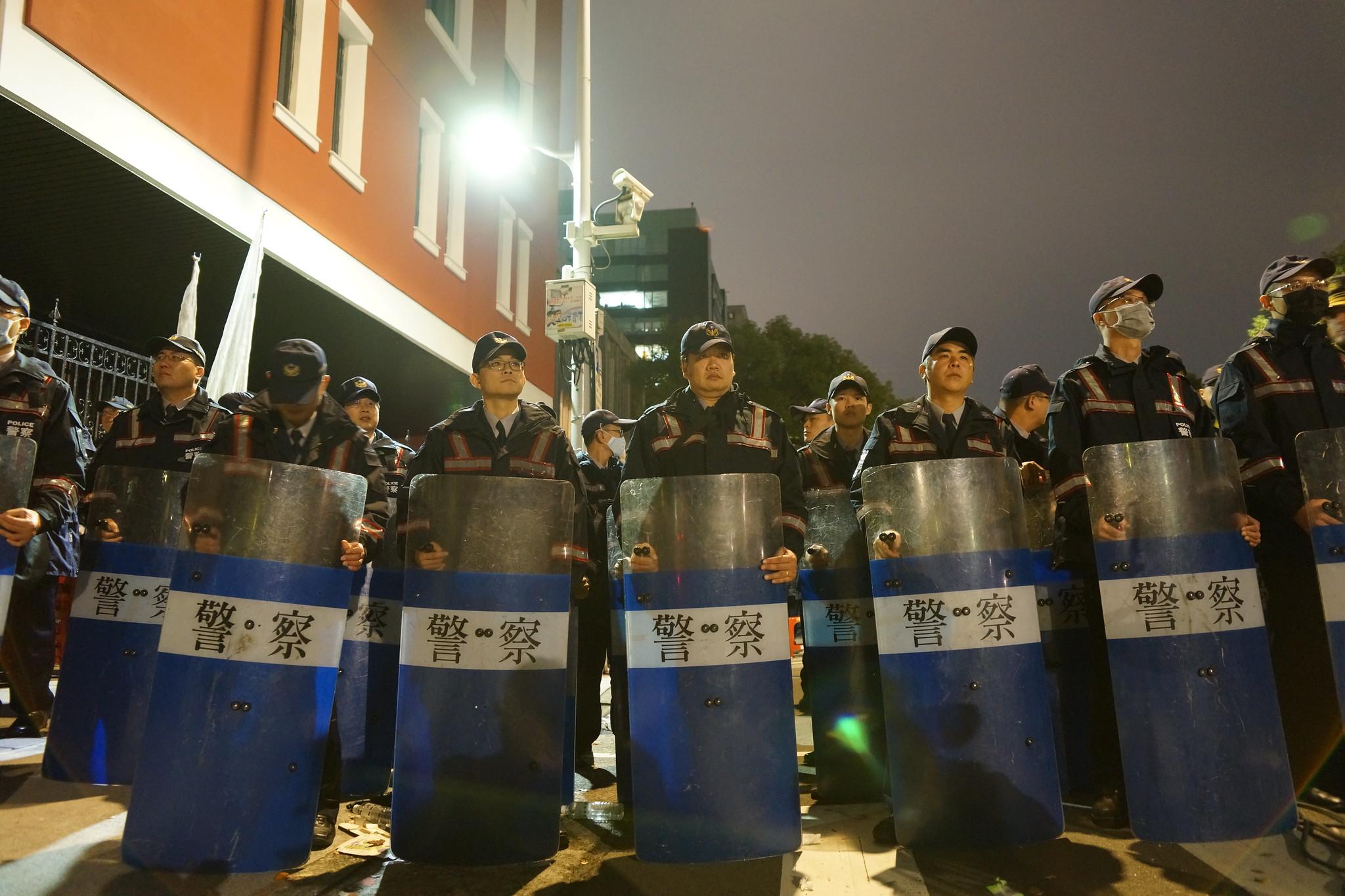 警方在立院周邊加重防備,避免群眾衝入。(攝影:王顥中)