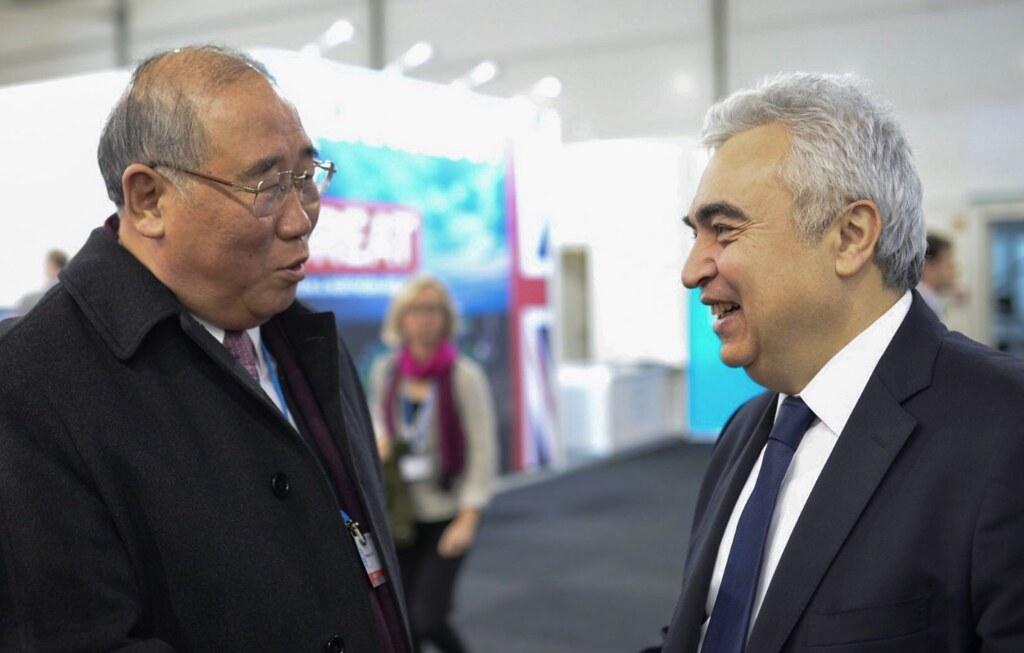 中國氣候變化事務特別代表解振華(左)和國際能源署執行董事比羅爾(Fatih Birol)在COP23會場上。圖片來源:Twitter @IEABirol。