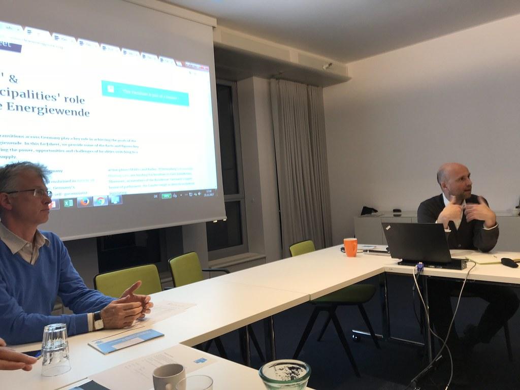 清潔能源通訊社 Clean Energy Wire (CLEW) 主編艾根特 (右)向 IJP 記者參訪團解釋德國的能源轉型政策(Energiewende)。攝影:邱育慈。
