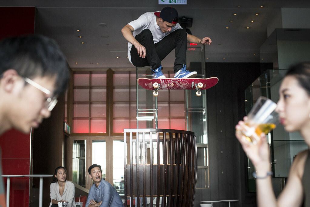 Maxim Habanec於Woobar大玩滑板,飛過酒吧高椅。(RED BULL提供)