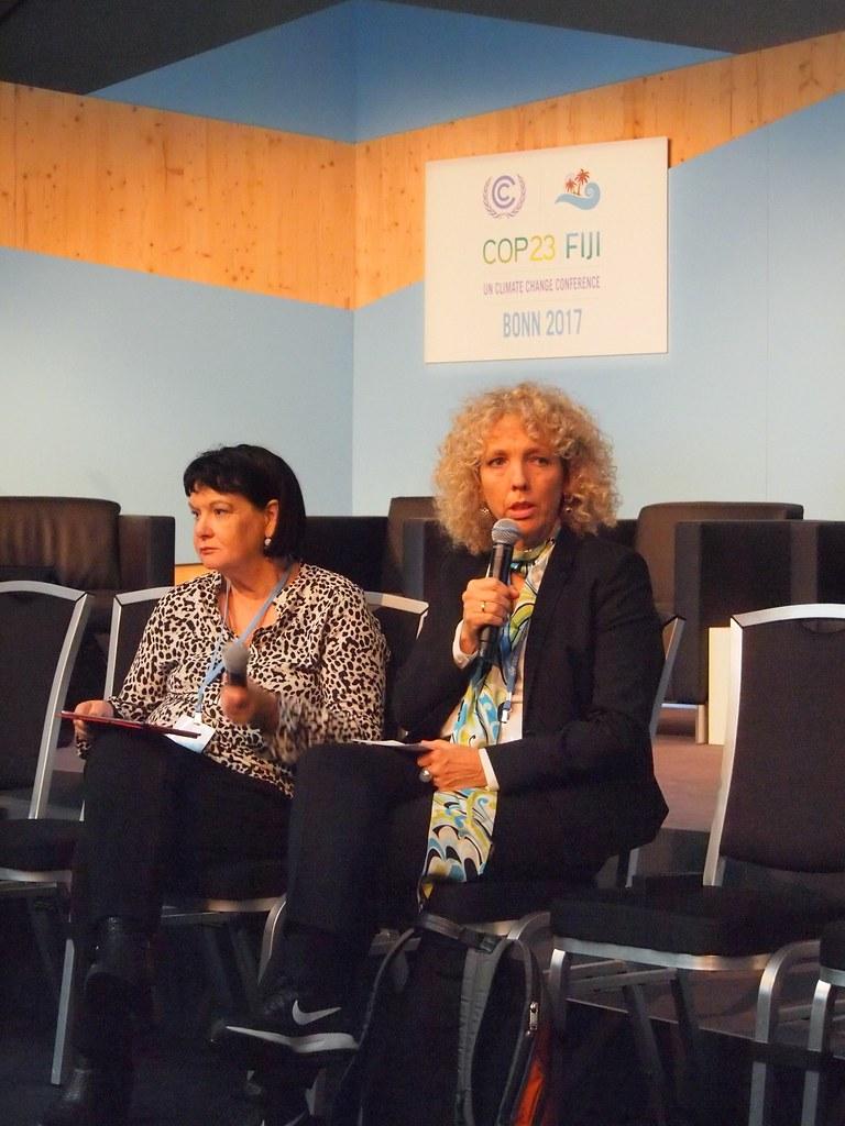國際綠色和平組織執行長摩根 (右) 與國際工會聯合會秘書長布羅(左)對談環境與勞工運動如何共同推動公正轉型。(攝影:賴慧玲)
