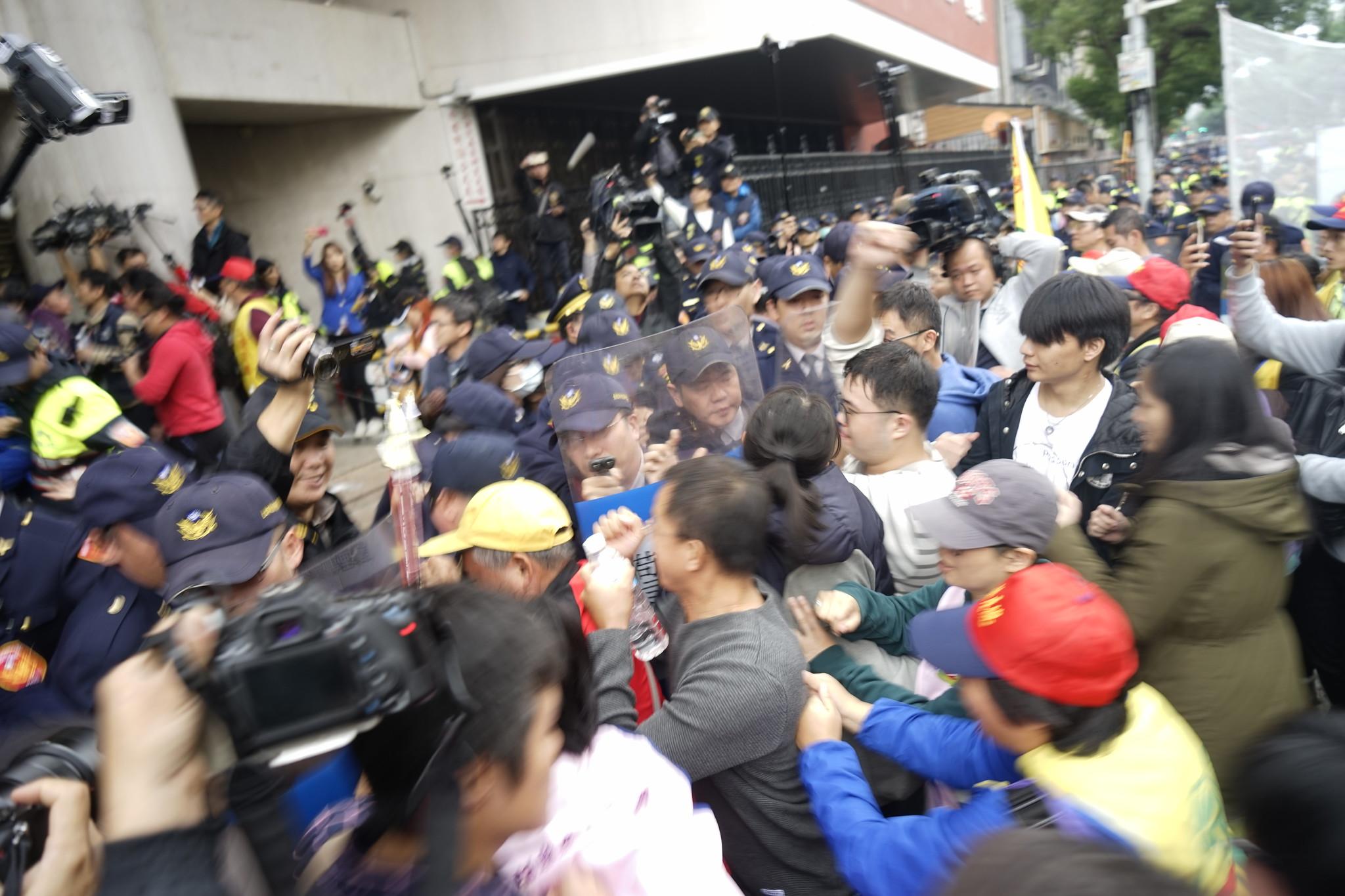 勞團三度嘗試衝入立院,與警方發生數波衝突。(攝影:張宗坤)