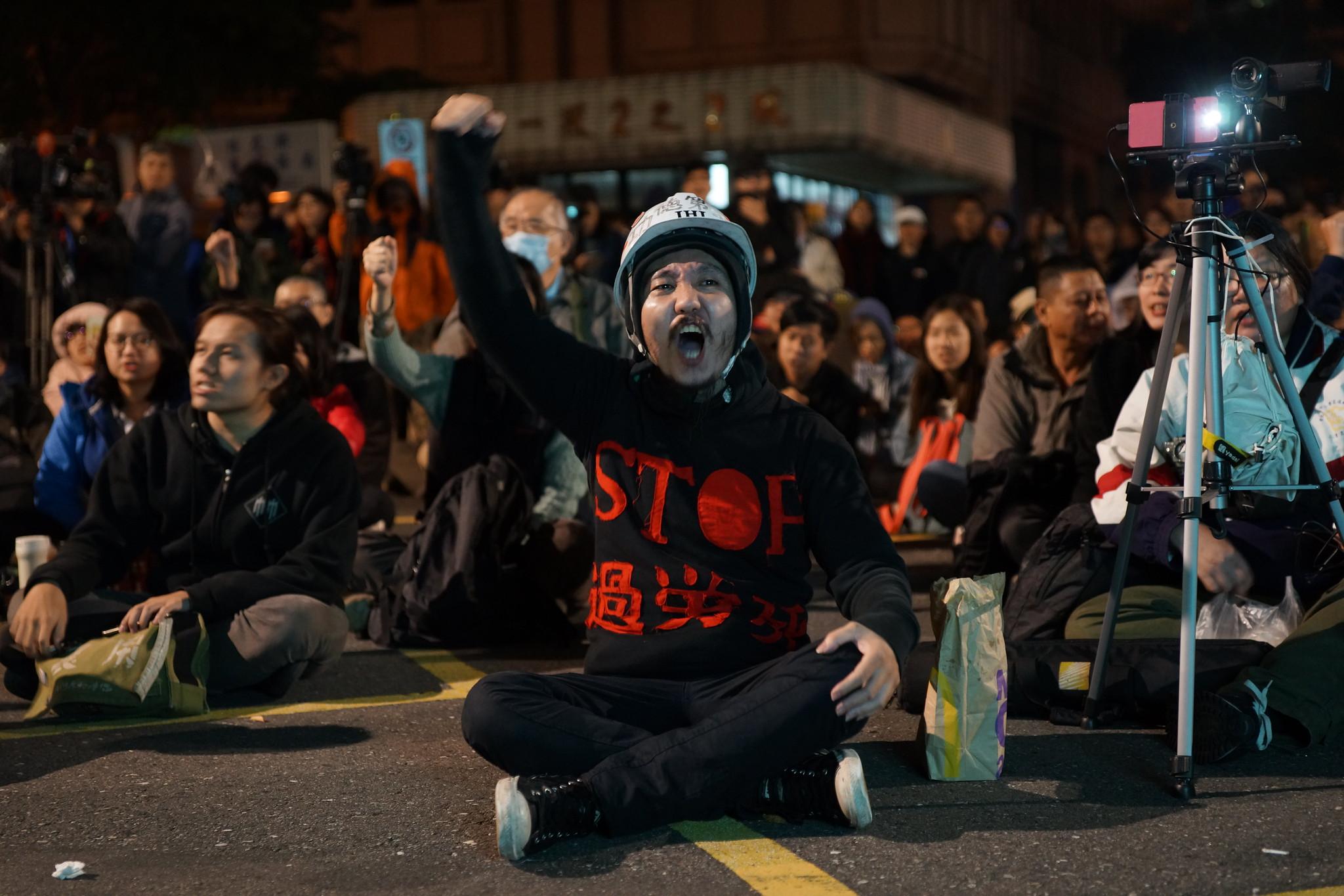 勞基法修法引起廣大民怨,圖為修正案出委員會當天立院外抗議民眾。(資料照片/攝影:王顥中)
