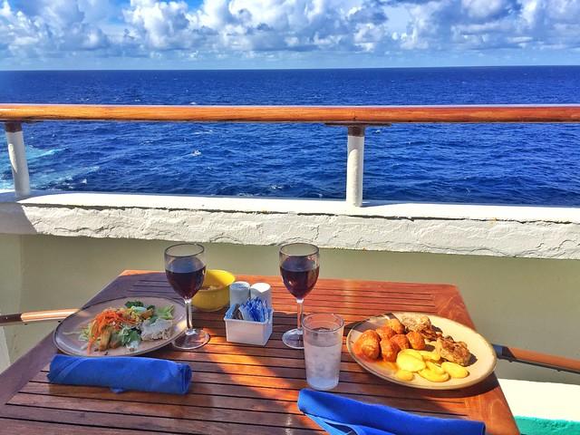 El placer de comer en la cubierta de un crucero por las islas del Caribe