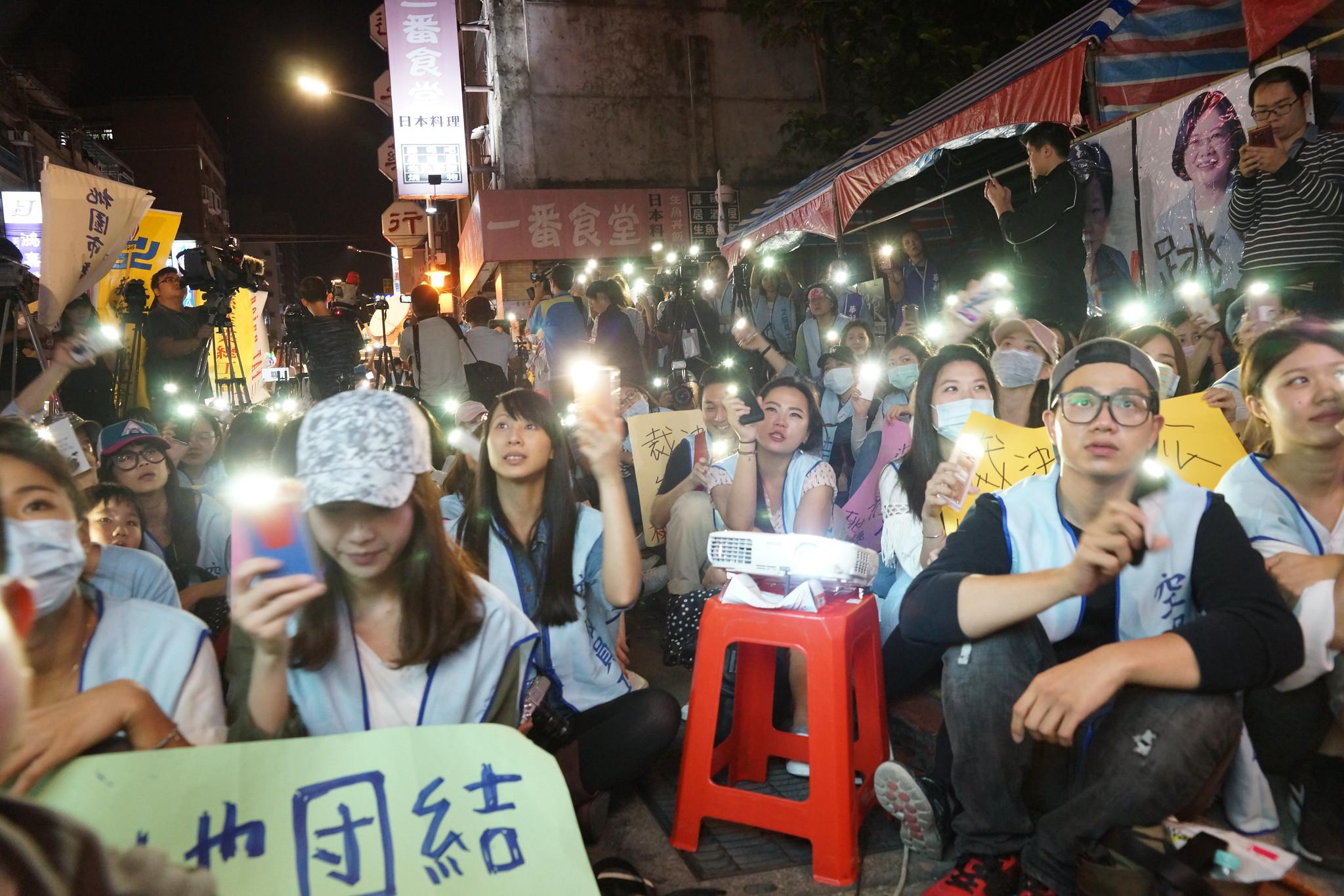 晚會比照演唱會規格,眾人點亮手機的手電筒,跟著旋律與口號聲浪搖擺。(攝影:王顥中)
