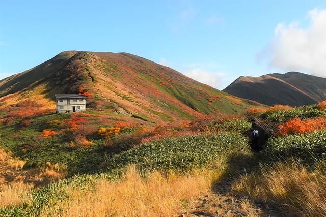 朝日連峰 稜線に建つ竜門小屋