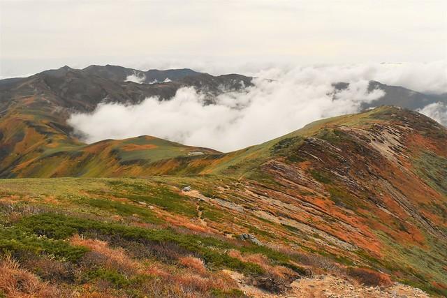 以東岳から大朝日岳へと続く縦走路
