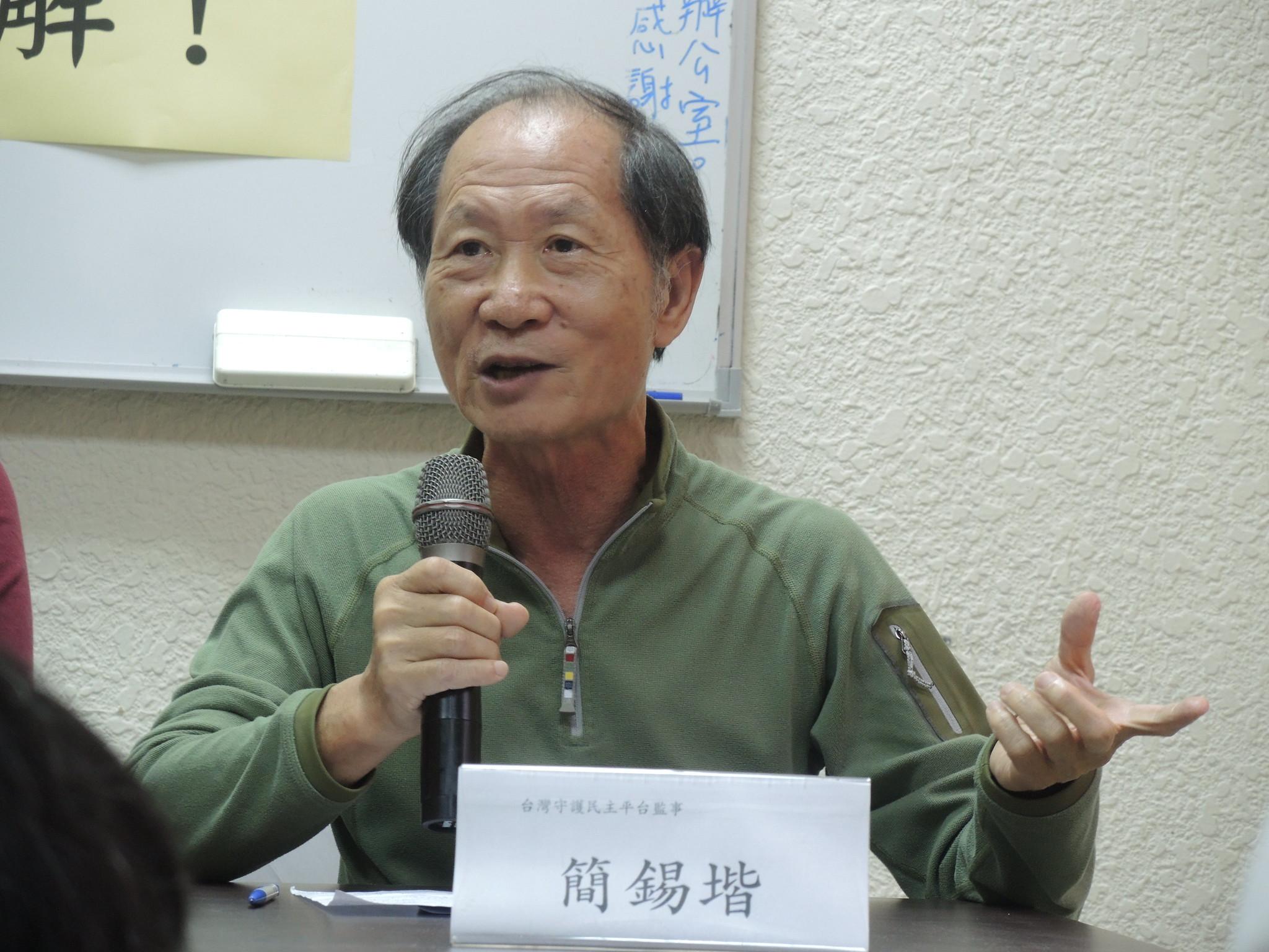 台灣守護民主平台監事簡錫堦奉勸民進黨不要太過自信,呼籲明年選舉的時候勞工用「不投票」團結起來教訓民進黨。(攝影:曾福全)