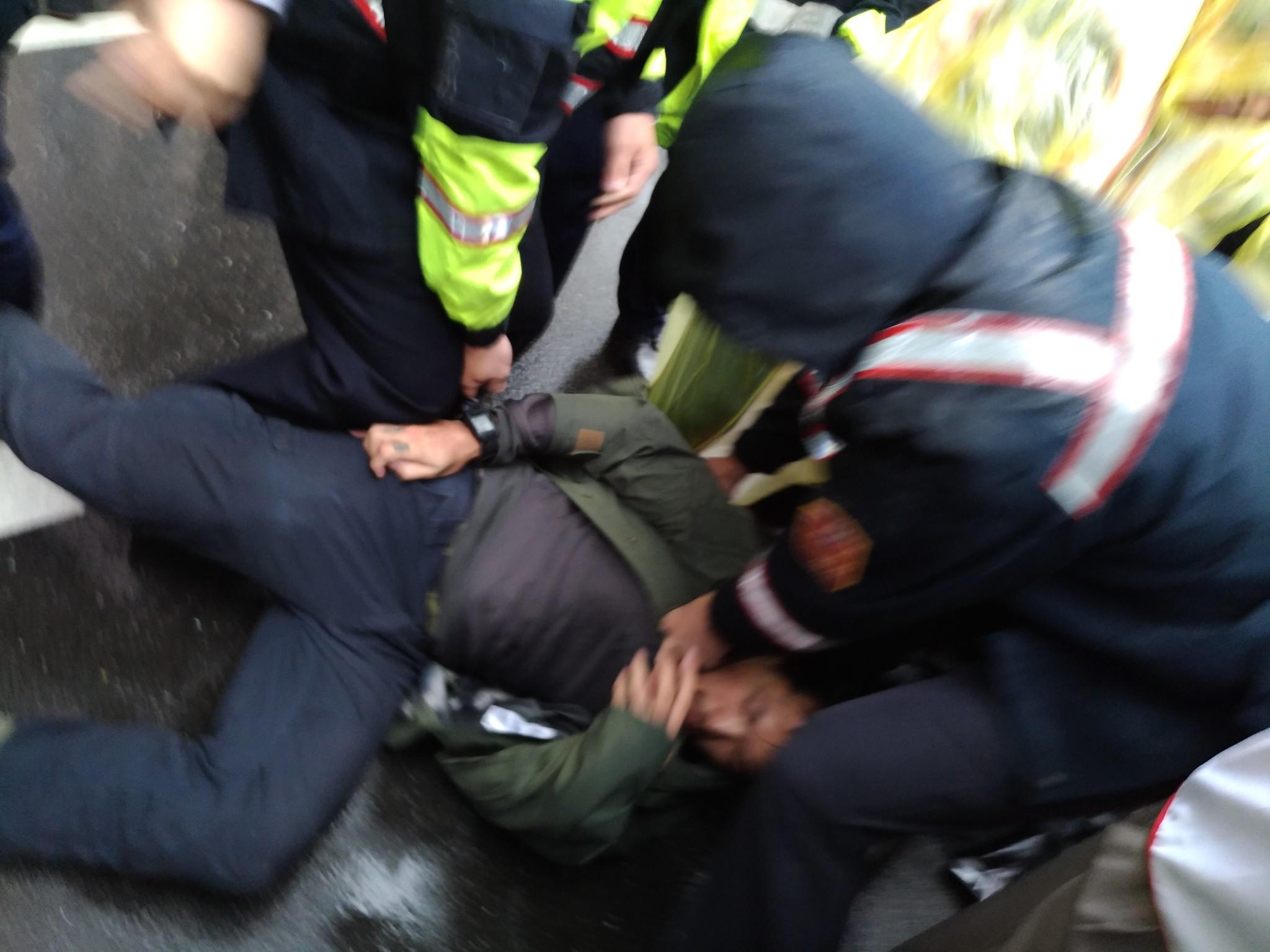 聲援者遭警方強制在地上拖行。(攝影:曾福全)