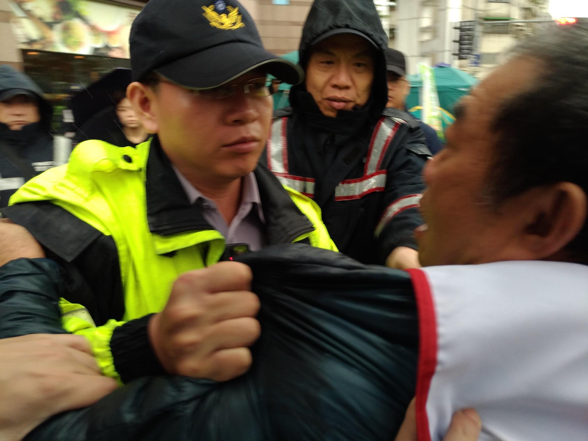 警方強勢拉扯大觀居民。(攝影:曾福全)