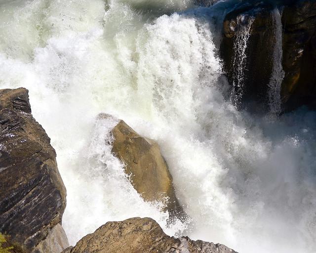 Las aguas turbulentas de las cascadas Sunwapta en Canadá