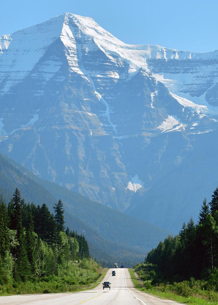 Panorámica de una de las carreteras que condujimos por Canadá con montañas nevadas al fondo