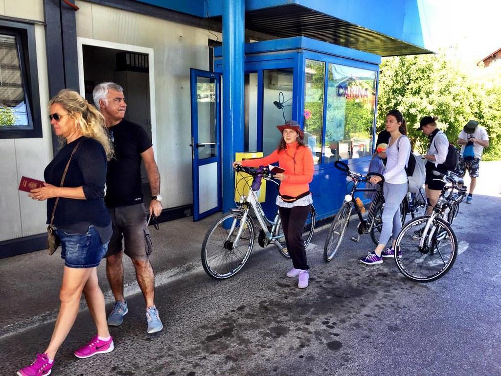 拜訪波士尼亞時,必須通過兩個檢查哨,一個是出境克羅埃西亞,一個是入境波士尼亞,僅隔著一道橋。當一踩到波國領土後,當地人提醒大家牽車走路,因為波國法律規定,騎單車必需戴安全帽。攝影:Daniel de la Calle。