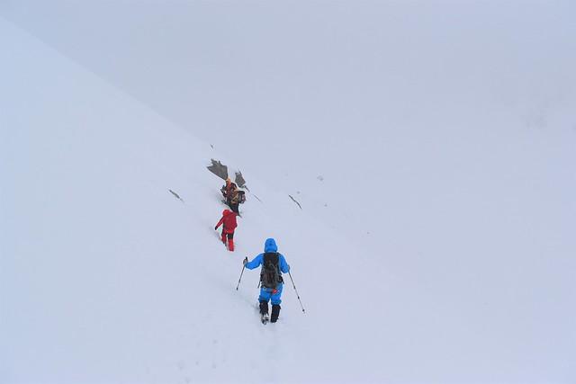 冬の焼岳 撤退する登山者