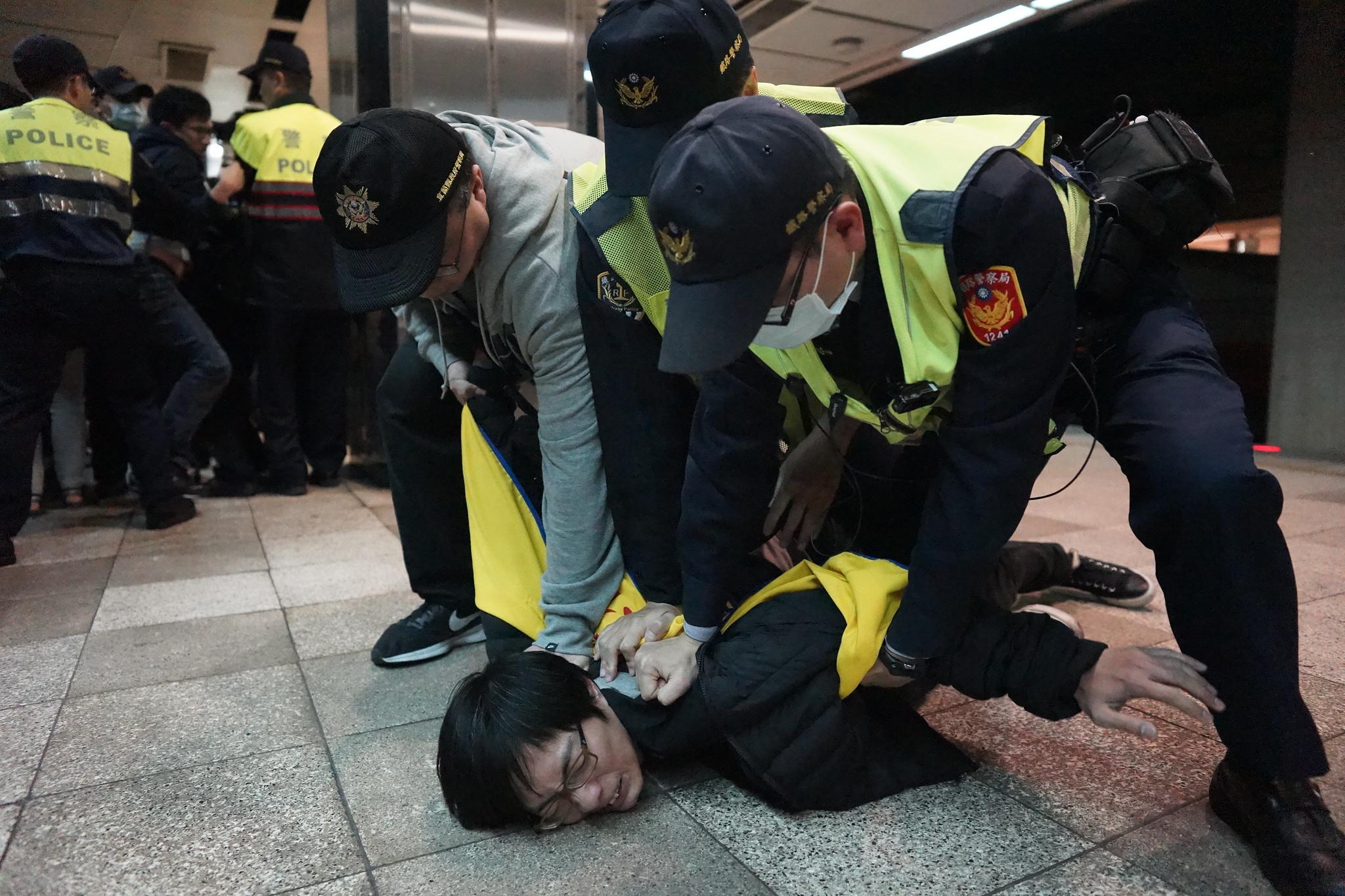 部分行動者在月台上遭警方壓制。(攝影:王顥中)