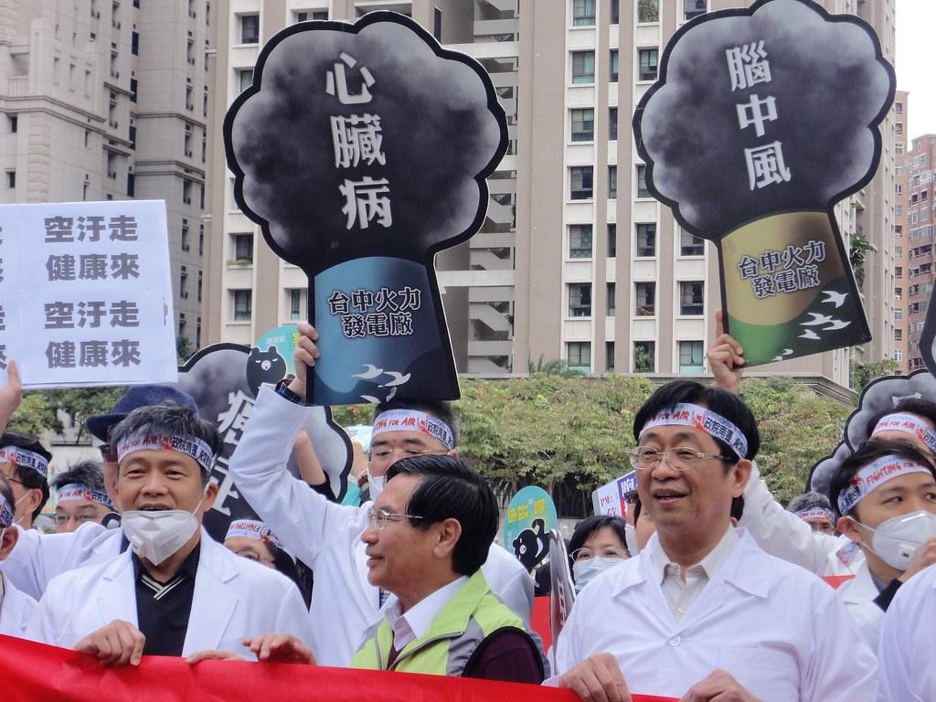 台中反空污遊行由醫師組成的「中華民國診所協會全國聯合會」打頭陣,嘉義市長涂醒哲(中)也在行列裡。(攝影:張智琦)