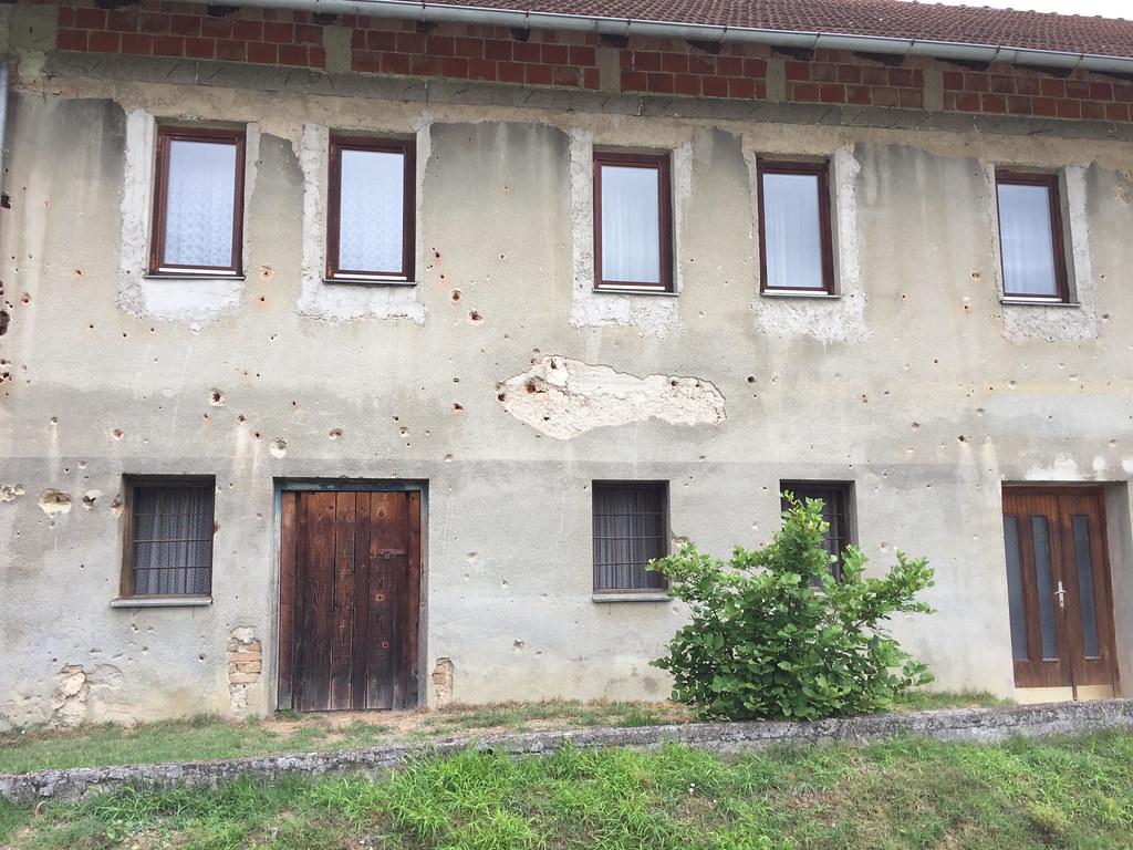 直到影展的第三天我才明白,牆上的裂痕與坑洞,是機關槍掃射的結果。攝影:Daniel de la Calle。