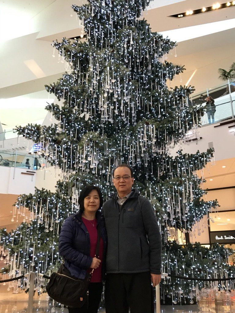 Parents with a pretty xmas tree in Aria (?) shopping mall … | Flickr