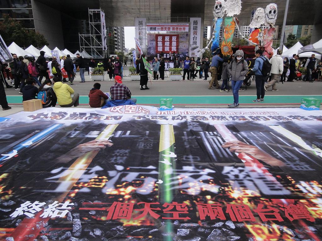 環團在台中市議會前呼籲根絕中南部空污問題,終結「一個天空、兩個台灣」的現象。(攝影:張智琦)