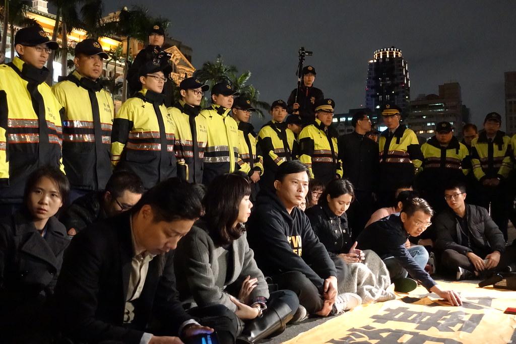 時代力量黨團在府前靜坐。(攝影:張智琦)