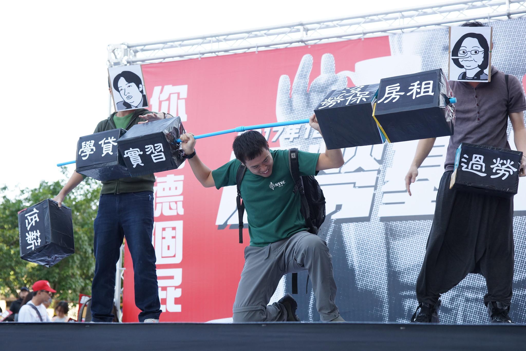 遊行開始前的行動劇,接露政府讓青年世代背負的龐大壓力。(攝影:王顥中)