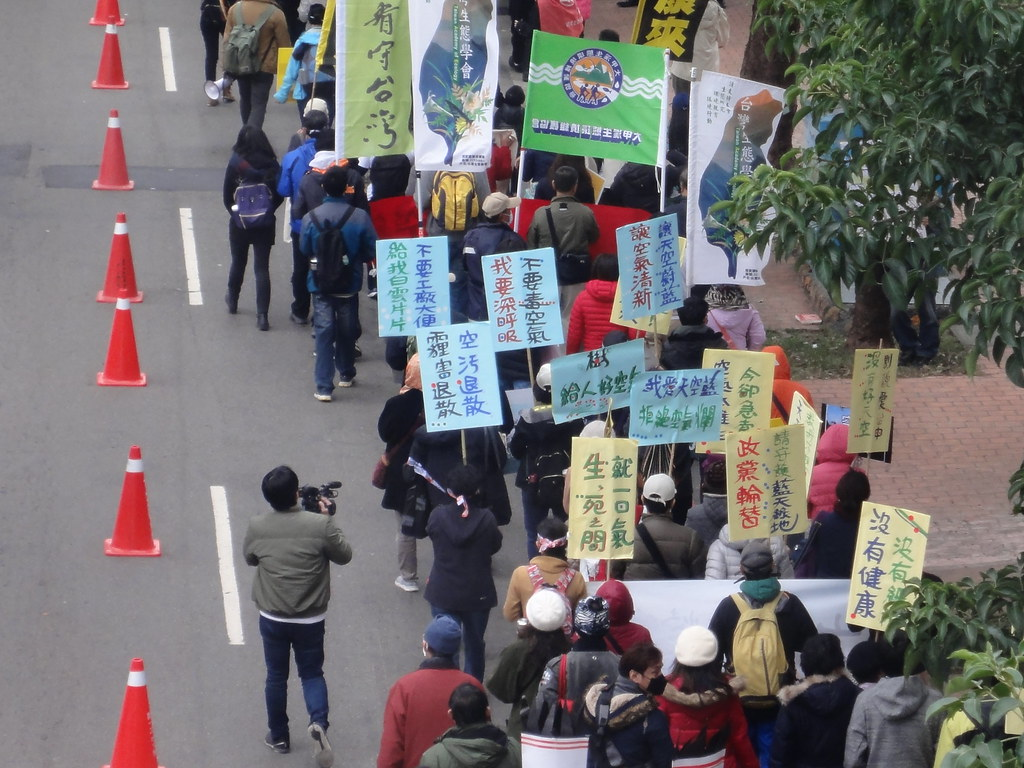 環團在台灣大道上遊行。(攝影:張智琦)