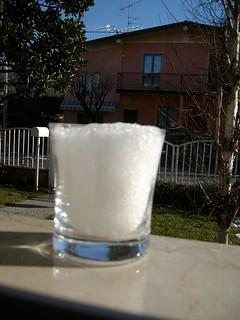 12 a bicchiere colmo di ghiaccio