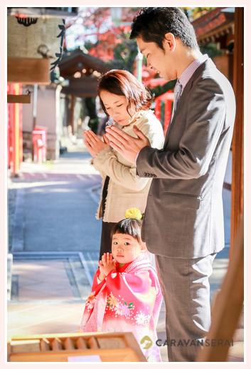 3才の女の子の七五三参り写真の出張撮影/深川神社(愛知県瀬戸市) 自然なスタイル 赤い着物
