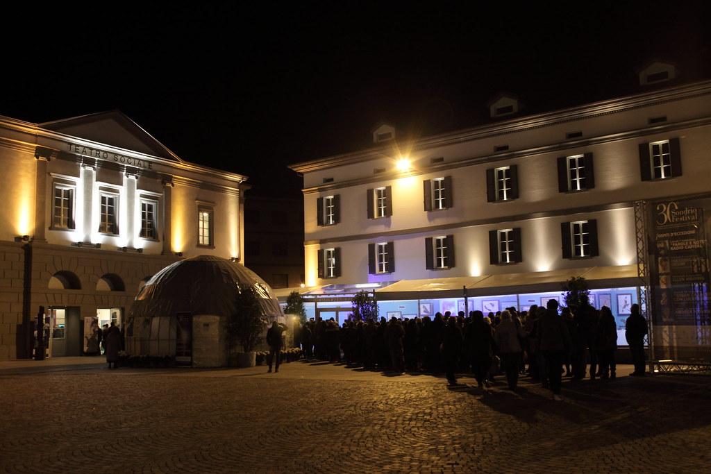 等候入場的人潮,畫面左方建築為放映廳。