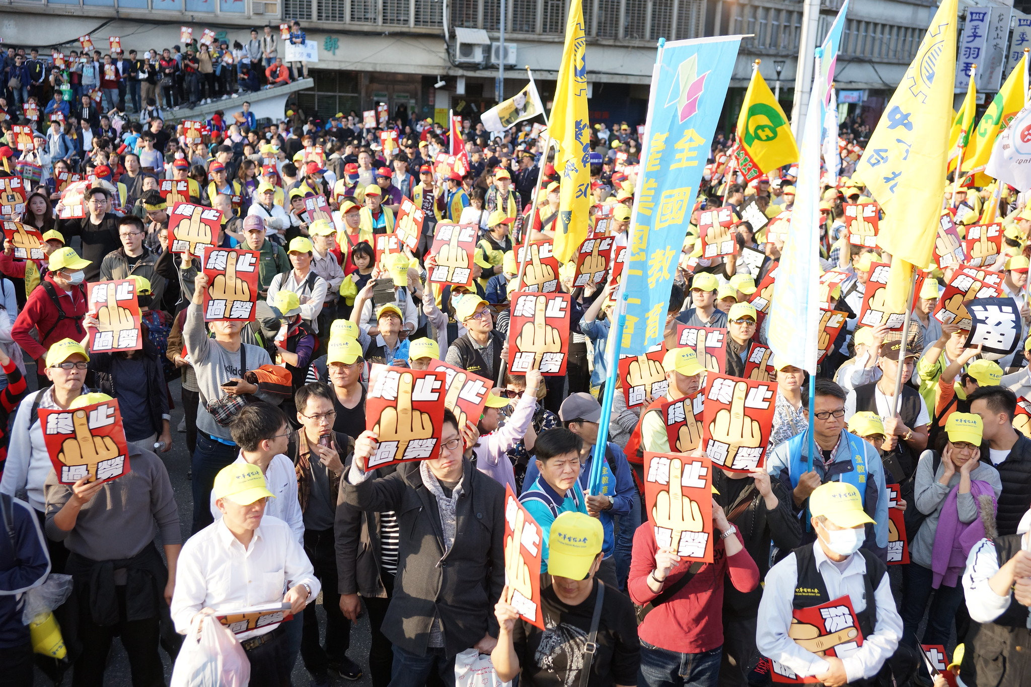 群眾對行政院高呼「終止過勞」。(攝影:王顥中)