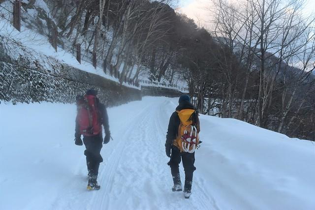 焼岳登山 序盤の車道歩き