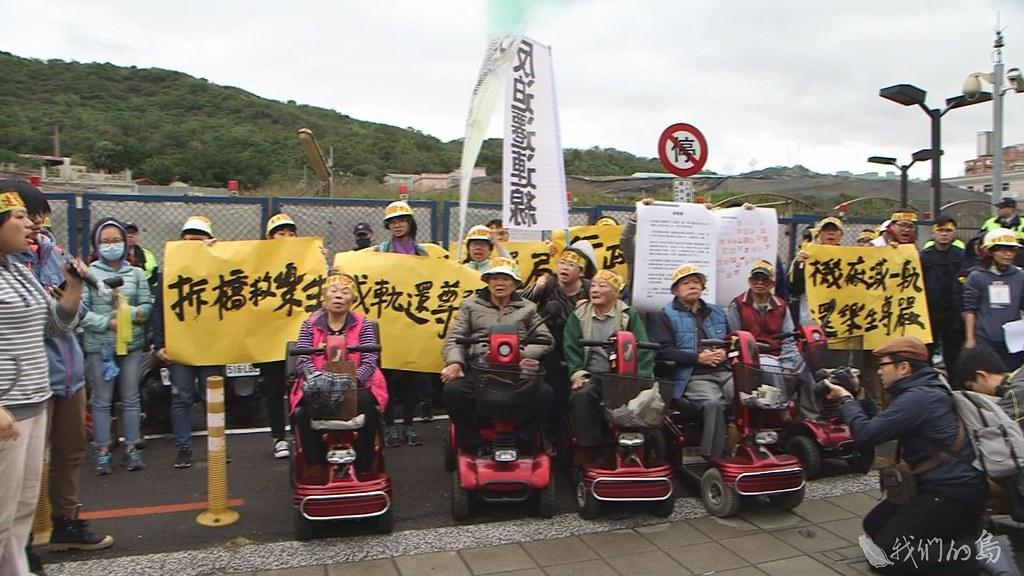 937-3-26樂生院民和聲援的群眾,聚集在樂生院區入口,高喊「捷運局立即停工,行政院重啟協商」。