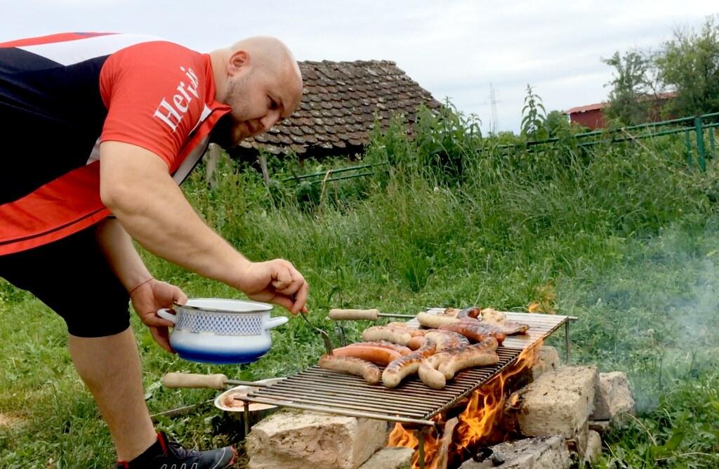 影展主辦人的弟弟艾倫,負責第一天的BBQ烤肉活動,身為專業廚師的他,給我看他平常工作的照片,是一盤盤有如米其林餐廳的佳餚,他說:「烤肉,簡單啦!」攝影:李若韻。