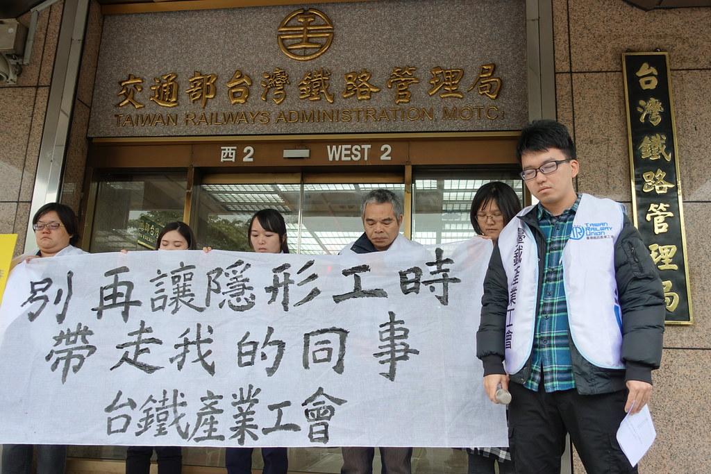 理事長王傑帶領近十名產工會員為張銘元默哀一分鐘。(攝影:張智琦)