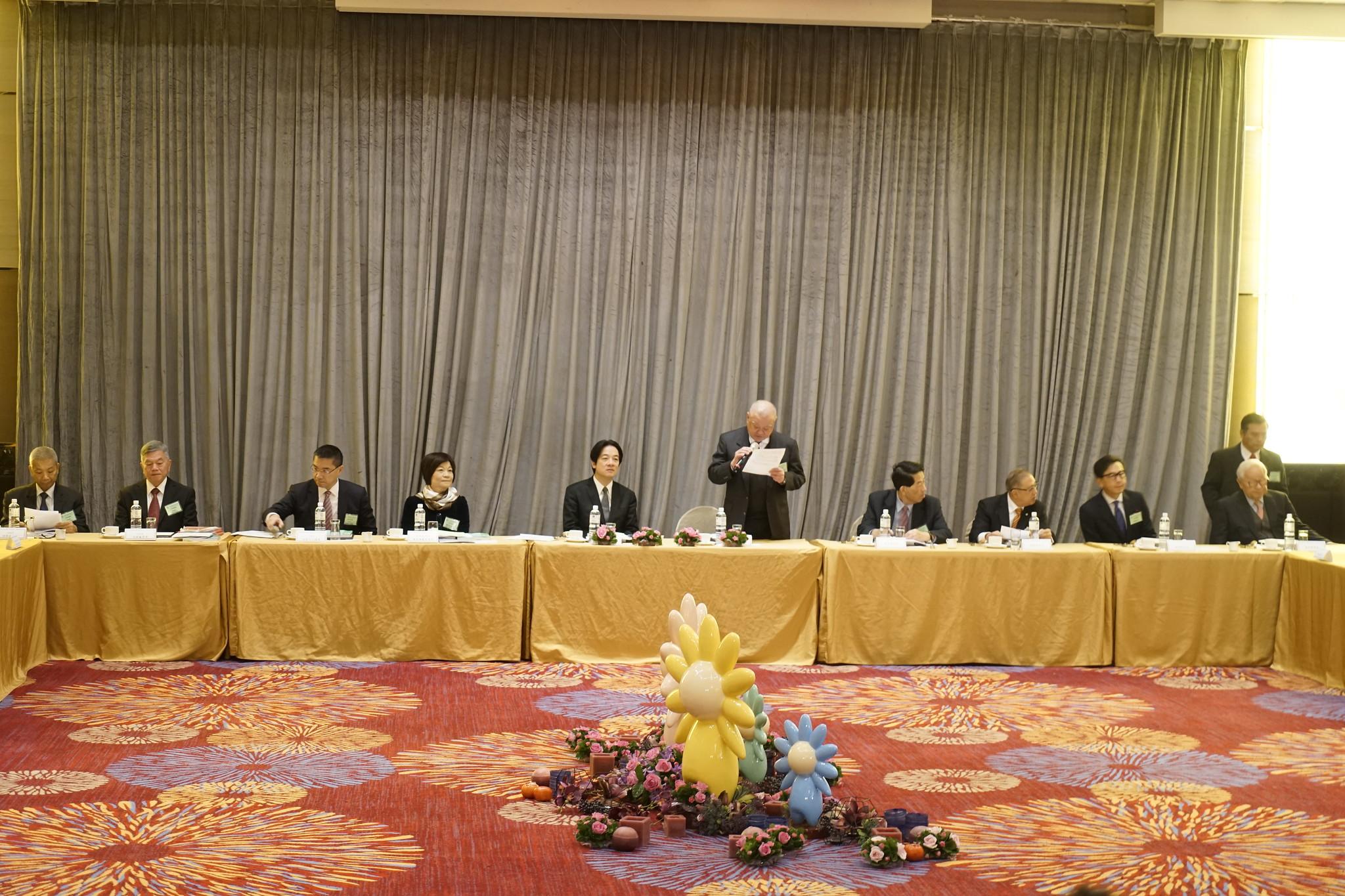 早餐會內,代表官方的賴清德與資方林伯豐一搭一唱。(攝影:張宗坤)