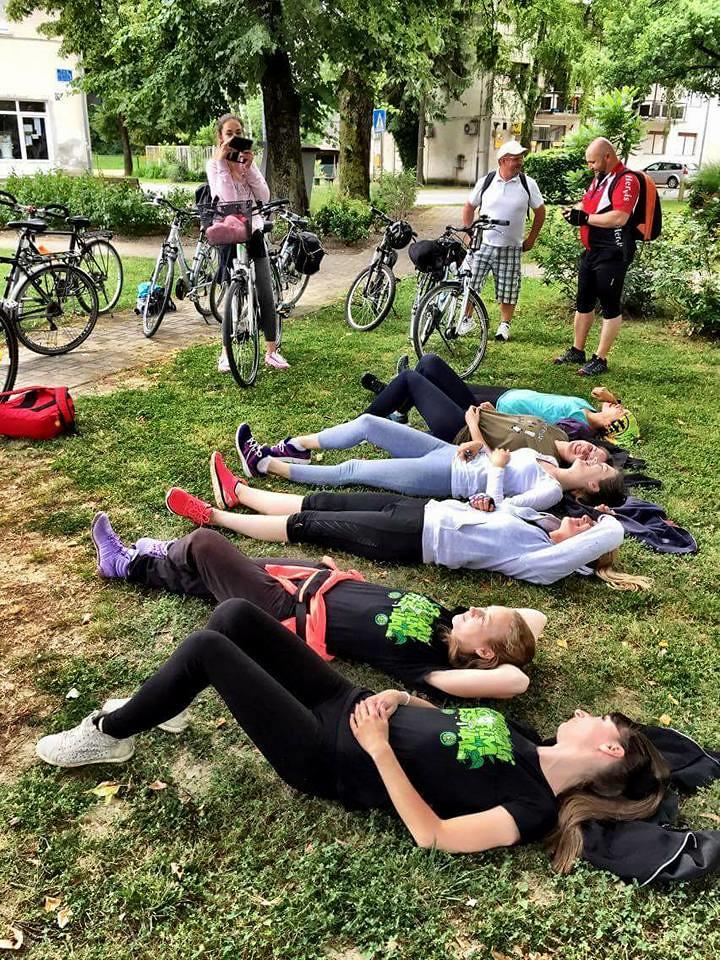 騎車首日必須完成100公里的壯舉,此時已累積了近60公里,一到休息點,所有人躺下休息,真的好累!攝影:Daniel de la Calle。