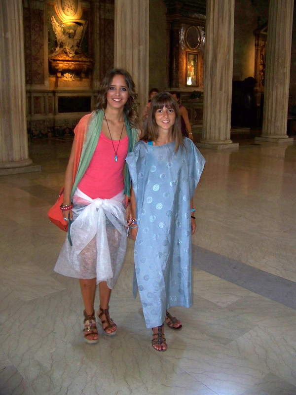 Julia y Diana tapadas al entrar en las iglesias de Italia