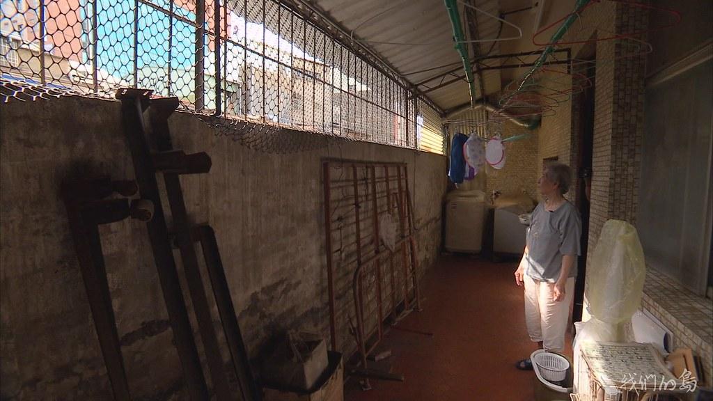 937-1-6陳蔡信美的家,緊鄰台南鐵路,她和先生辛苦購買,精心打造了溫暖的居住環境。