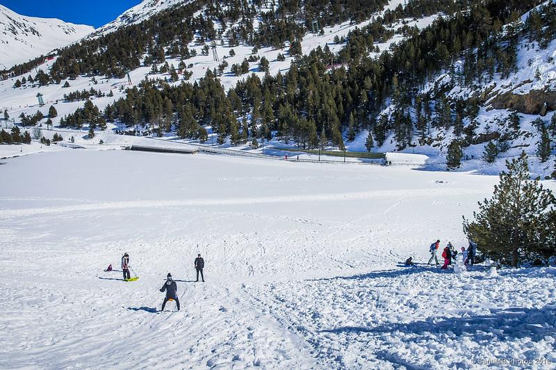 Gente disfrutando de la nieve de Núria en invierno
