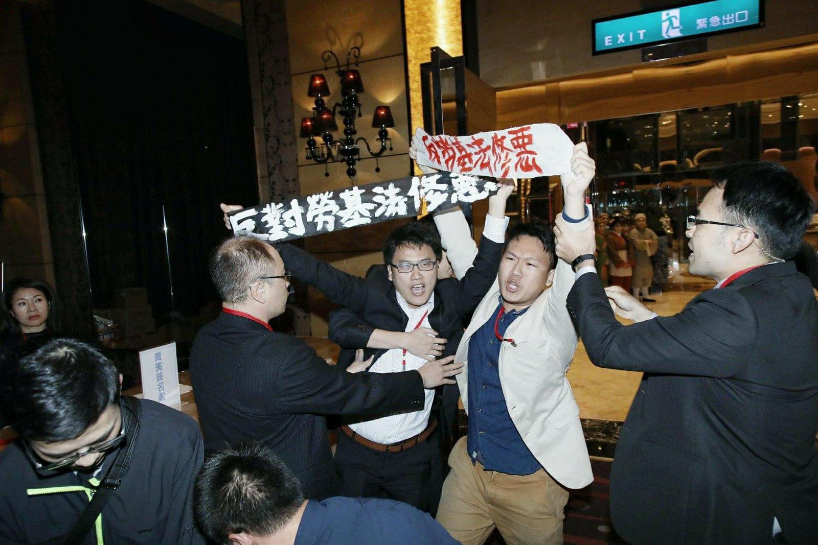 勞團與青年突襲賴清德與工商團體的餐會。(照片由工鬥提供/攝影:許詩愷)