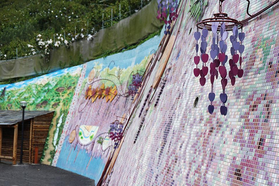 入口處 串串紫藤掛牆上
