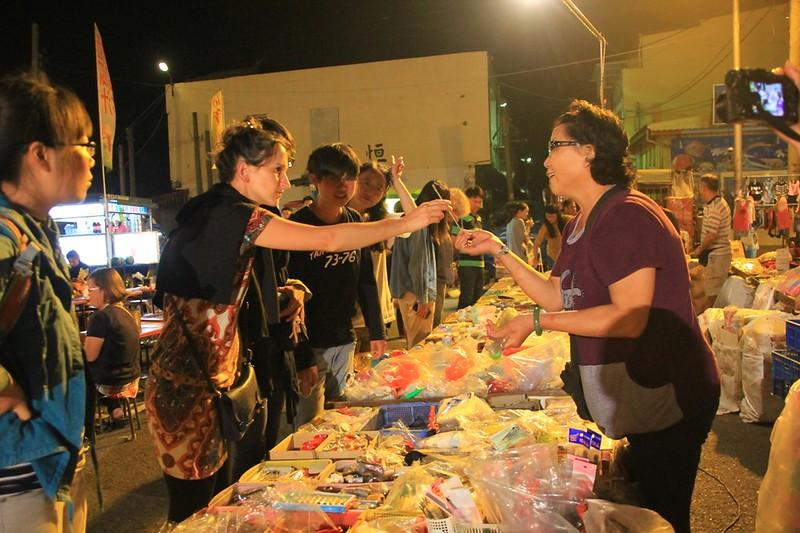 從外地來到的藝術家,和志工們一起逛當地的夜市。來源:成龍濕地三代班,http://wetlandcenter.blogspot.tw/2016/05/2016.html
