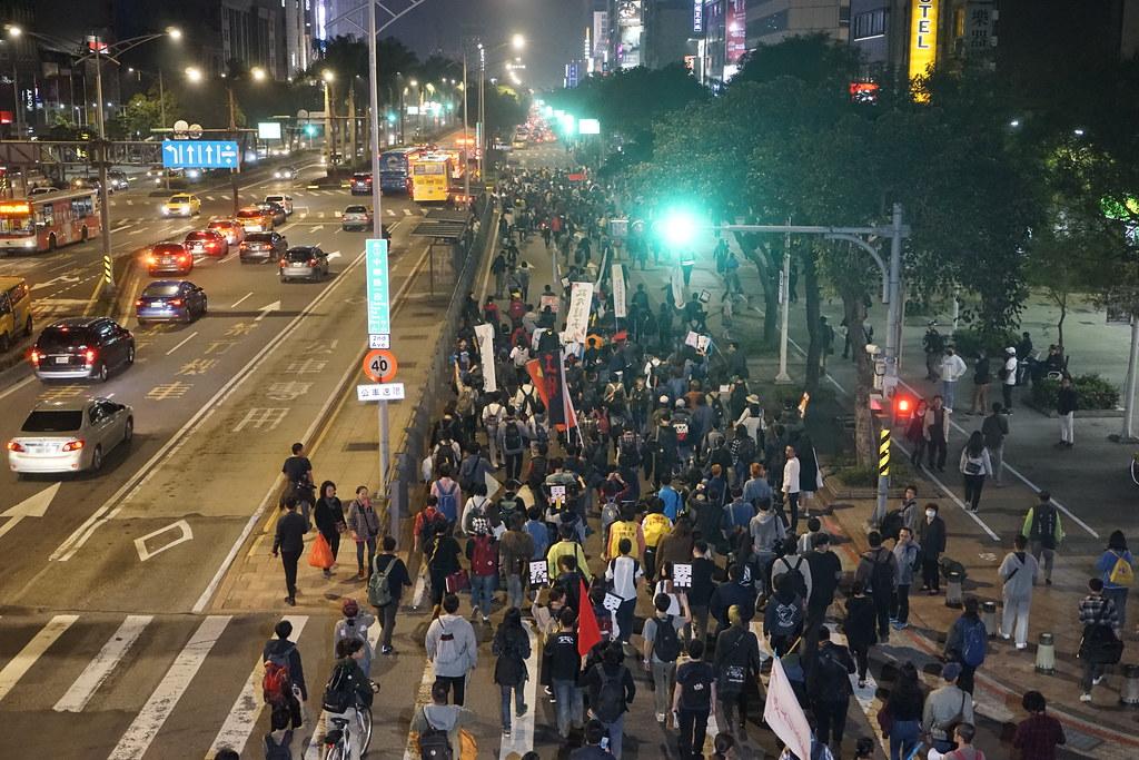 數百名群眾在台北市街頭隨機遊行兩小時,寫下社運史上令人驚奇的一夜。(攝影:張智琦)