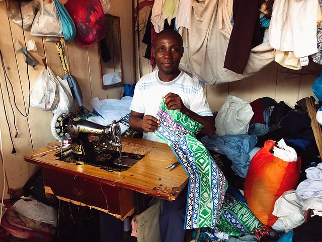 Hombre cosiendo en Santo Tomé y Príncipe