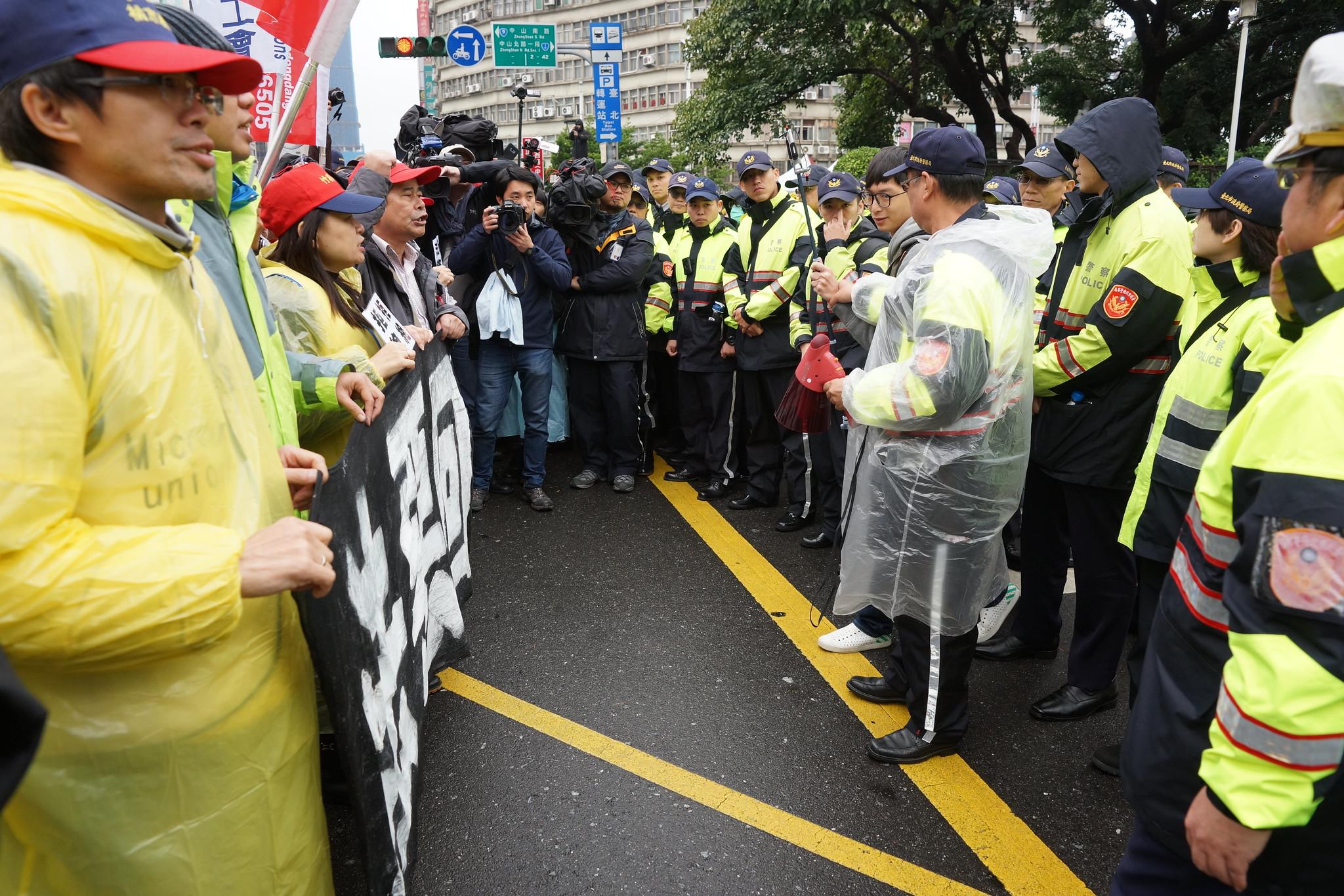 勞團中午在行政院前與警方對峙。(攝影:王顥中)